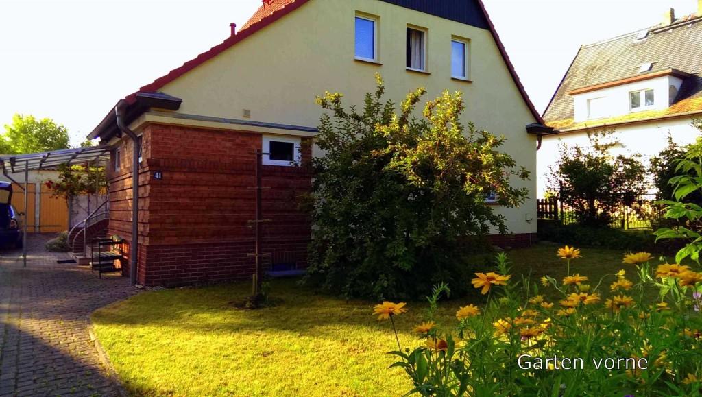 Ferienhaus Steffen in Teterow - Hausfront und Garten vorne